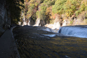 岩の間に水が流れ落ちていきます