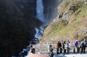 大勢観光客が写真を撮っています