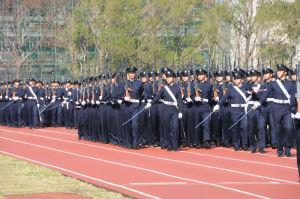 大勢の学生の行進