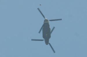 ヘリから飛んだ豆粒ほどの隊員