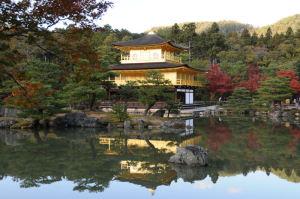 鏡湖池に映る金閣寺