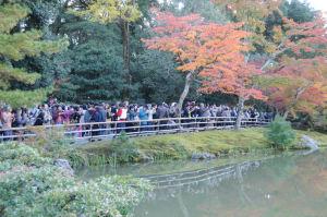 金閣寺を見る観光客