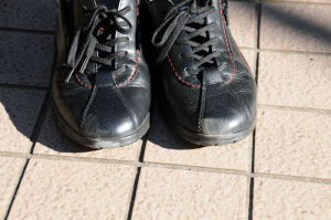 左足の靴にもこすった跡が