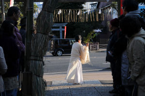 神社の入口でお祓いをされました