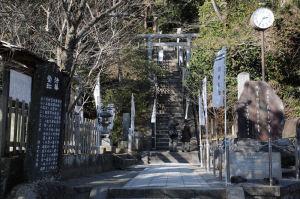 「源頼朝公墓」損壊