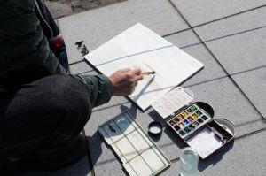 水彩画を描いている年配の男性