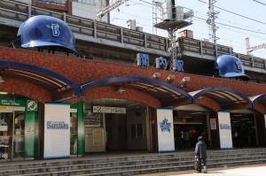 JR関内駅南口巨大ヘルメット