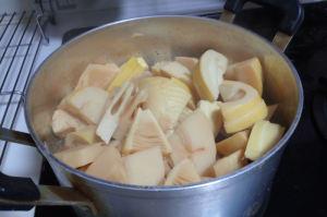タケノコを煮ています