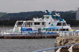 桟橋に停泊中の船