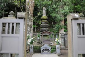 頼朝公の墓