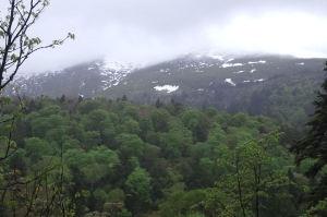 雲がかかった至仏山