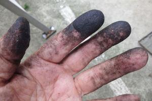 指先は脂で真っ黒
