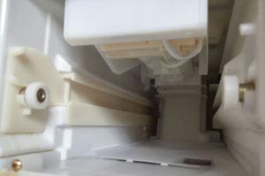 製氷室へアイスプレートをセット