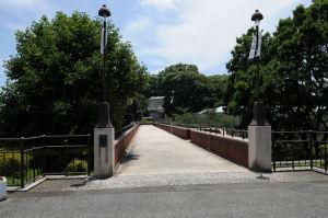 県立神奈川近代文学館への橋