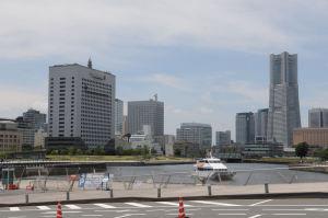 大きな建物は神奈川県警