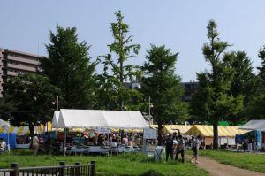 蒔田公園にはテントがたくさん