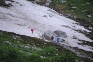 雪渓を下りてくる人が
