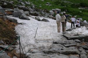 雪渓で記念撮影
