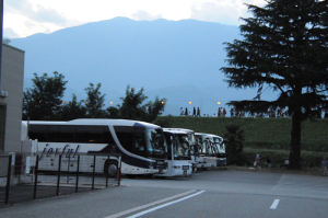 観光バスが何台もみえます