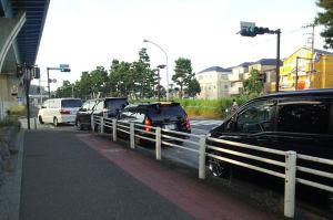 車が5台ほど並んでいます