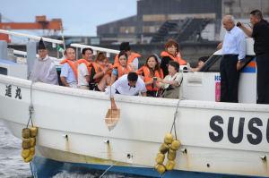 大漁丸を海に降ろします