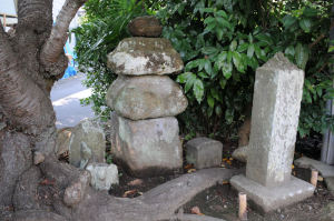 石仏二体と、石塔が