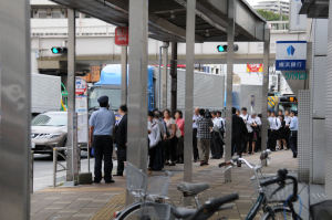 混雑する追浜駅のバス停