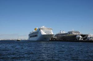 横浜港大桟橋、大型客船入港