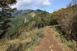 稜線の道幅は1mほど