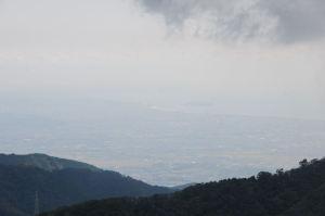 霞んだ先に江の島が見えます