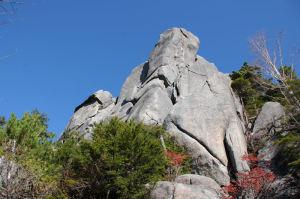 巨大な岩が聳えています