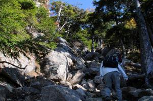 急な岩の間を登って行きます