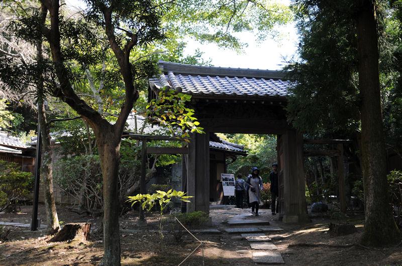 庭園の南にある旧松崎邸和館へ