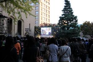 講堂前広場の大型モニター