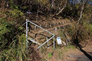 観測所計の向かいにある登山口