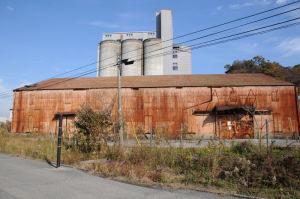 錆びた大きな倉庫が