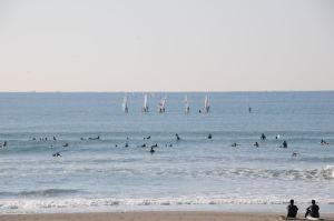 サーフィンをする人が大勢