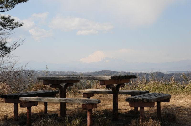 テーブルとベンチがあり