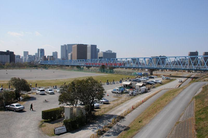 橋を京急線が渡って