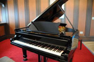 修復されたグランドピアノ