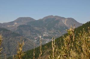 平らな駒ヶ岳がみえています