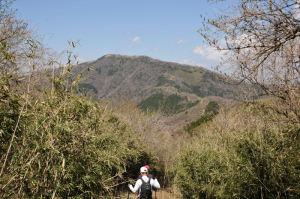 約3Km先にみえる明神ヶ岳