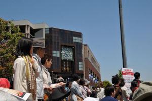 「ナビオス横浜」前で見物