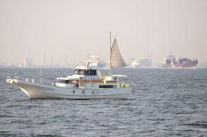 コンテナ船や漁船が行き交う海域