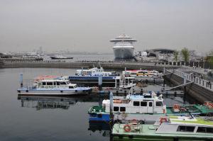 桟橋にはカラフルな船が