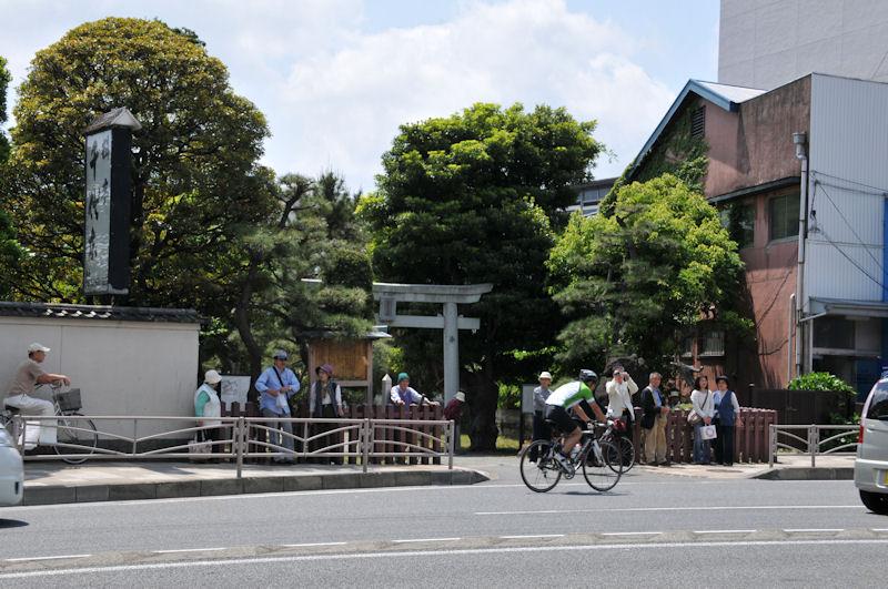 16号線を挟んだ「琵琶島神社」入口