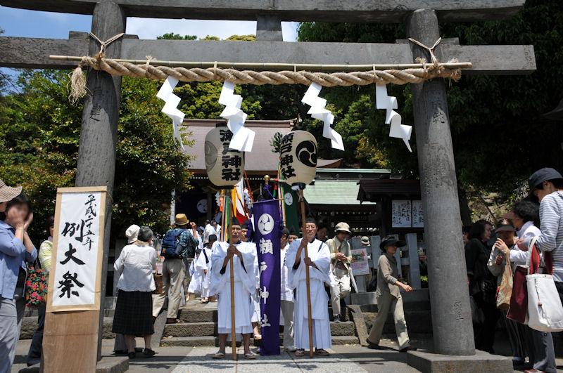 神社の鳥居に並んでいます