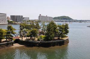 平潟湾に囲まれた「琵琶島神社」