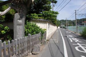 塀の先に通用門があります