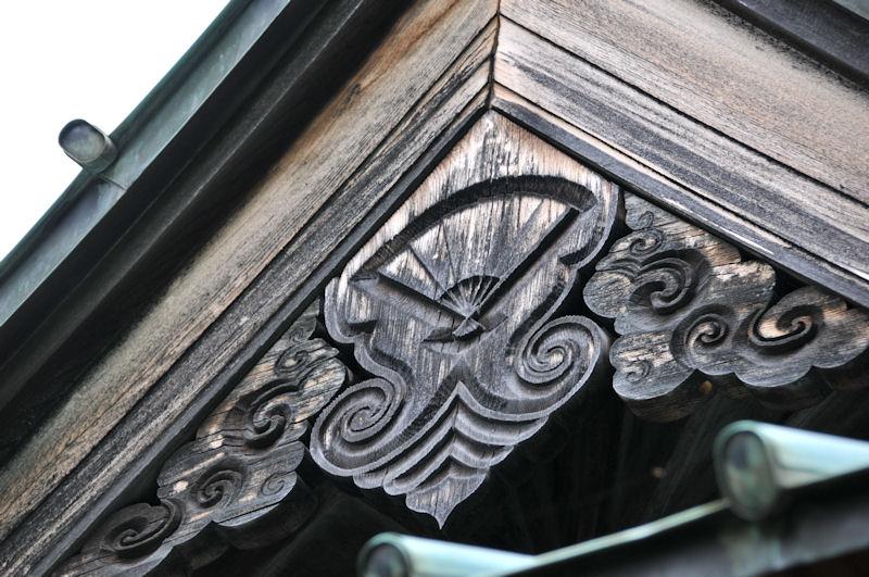 寺号と同じ扇が彫ってあります